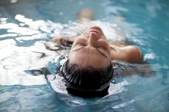 Prendre un bain dans la piscine de la location